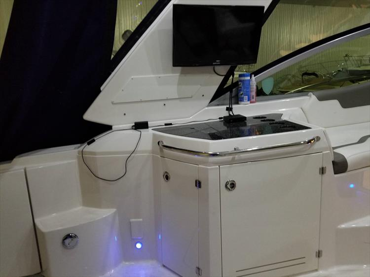 Photo 10 of 52 - 2014 Monterey 340 Sport Yacht for sale