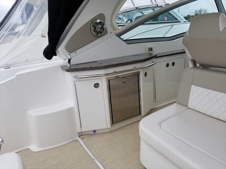 Photo 16 of 68 - 2015 Chaparral 330 Signature for sale