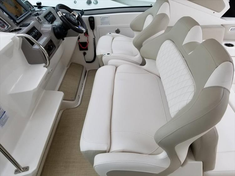 Photo 21 of 68 - 2015 Chaparral 330 Signature for sale