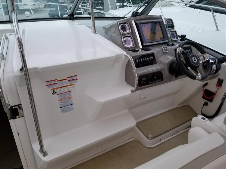 Photo 23 of 68 - 2015 Chaparral 330 Signature for sale