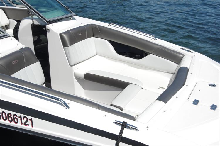 Photo 15 of 17 - 2011 Regal 2220 Fasdeck for sale