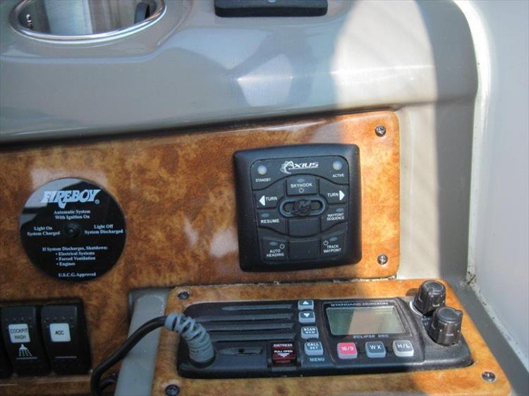 Photo 18 of 42 - 2011 Rinker 360 Hardtop Express for sale