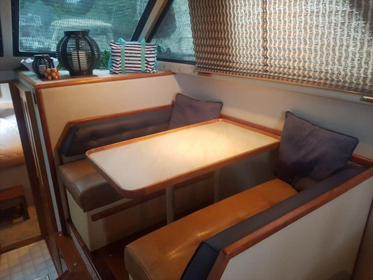 Side dinette - Photo 20 of 42 - 1991 Sea Ray 380 Aft Cabin (Diesel) for sale