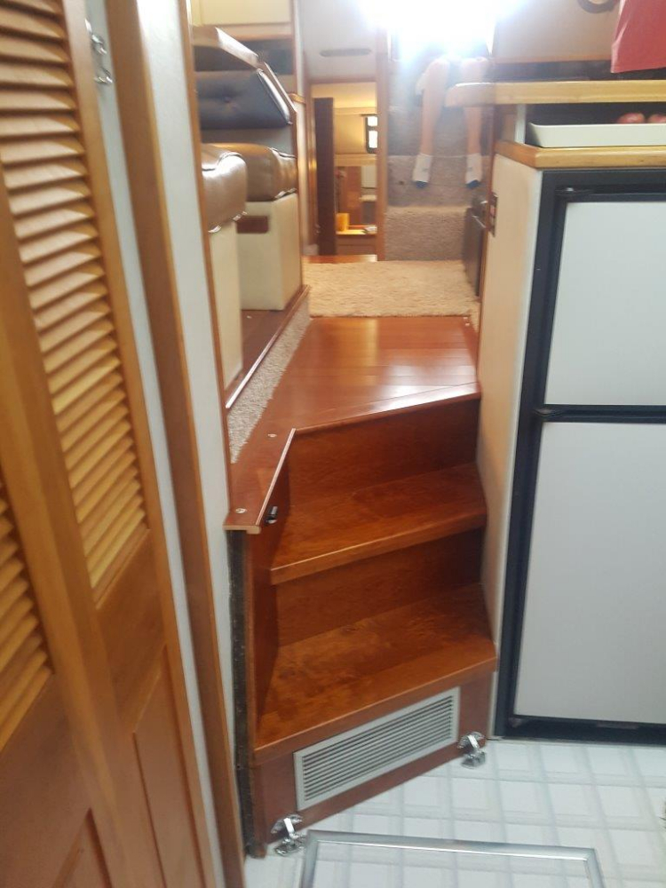 Hardwood flooring and steps - Photo 23 of 42 - 1991 Sea Ray 380 Aft Cabin (Diesel) for sale