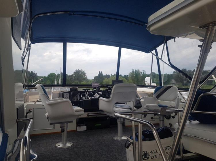 Spacious bridge with great visiblity - Photo 10 of 42 - 1991 Sea Ray 380 Aft Cabin (Diesel) for sale
