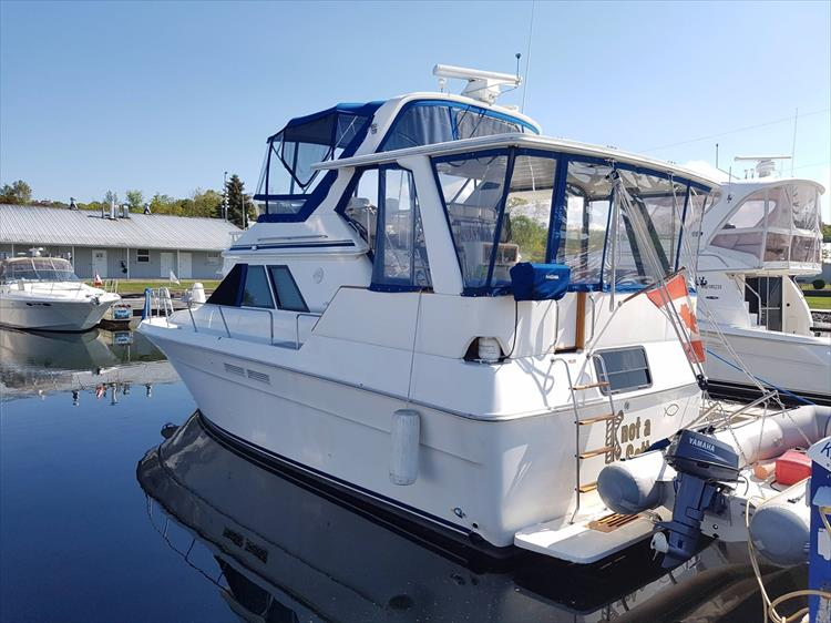 You can see the shine on the gelcoat - Photo 2 of 42 - 1991 Sea Ray 380 Aft Cabin (Diesel) for sale