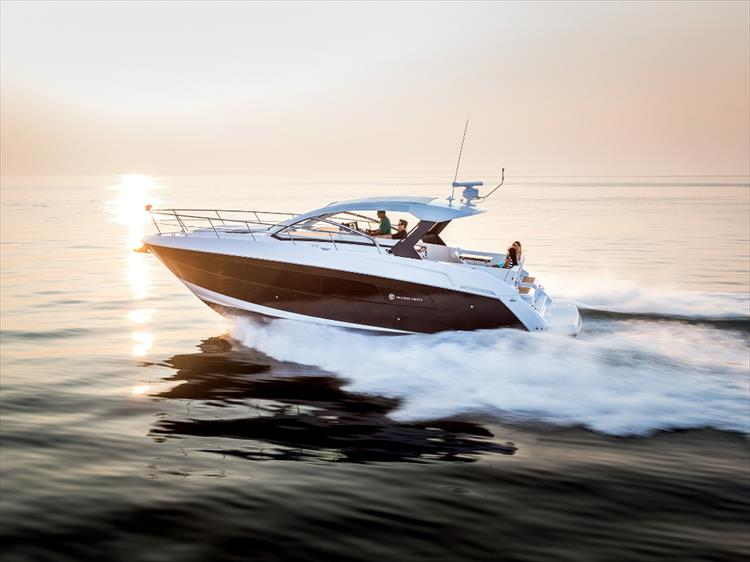 Photo 1 of 27 - 2019 Cruisers Yachts 390 Express for sale