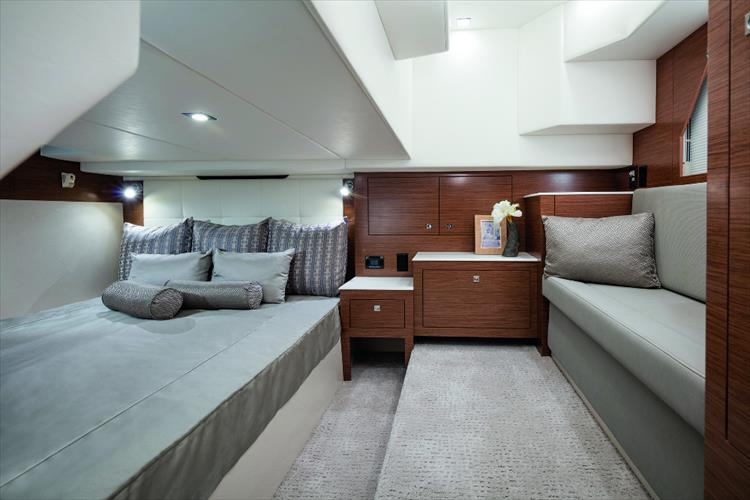 Photo 11 of 27 - 2019 Cruisers Yachts 390 Express for sale