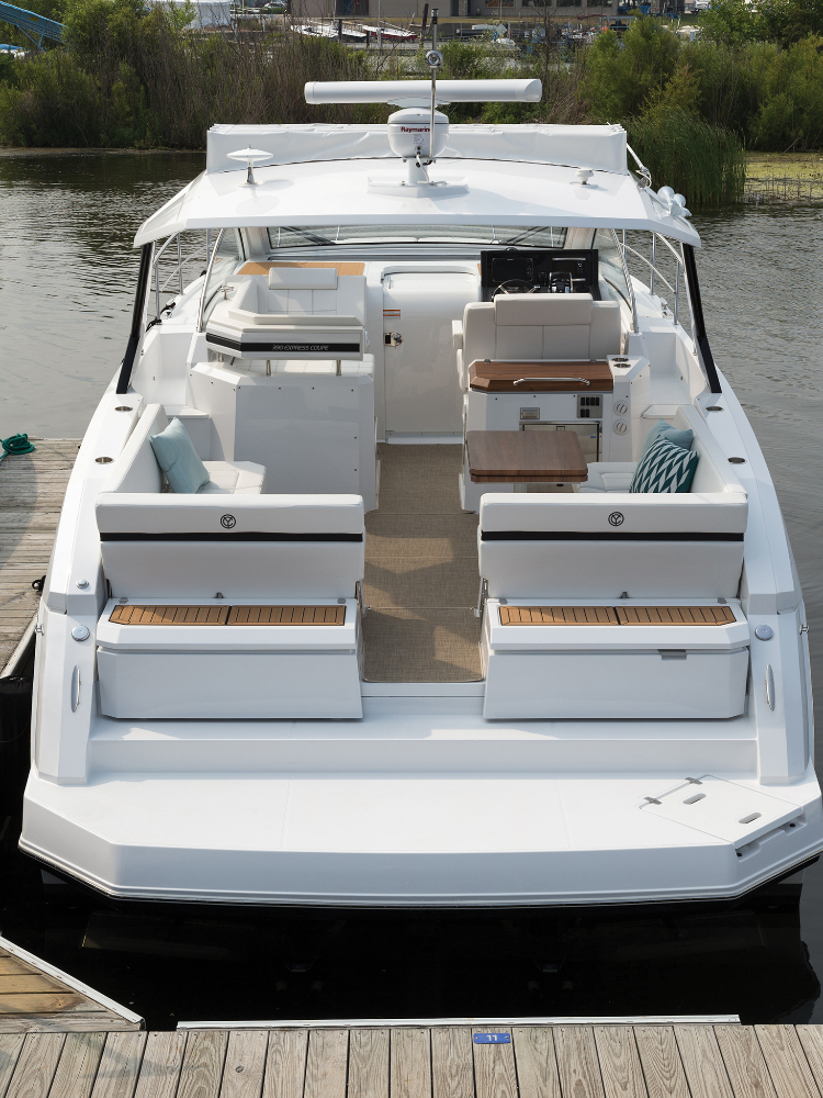Photo 3 of 27 - 2019 Cruisers Yachts 390 Express for sale