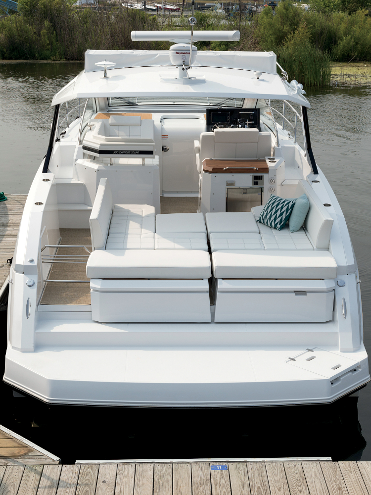 Photo 5 of 27 - 2019 Cruisers Yachts 390 Express for sale