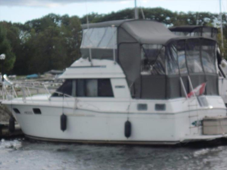 Photo 2 of 59 - 1986 Carver 3207 Aft Cabin for sale