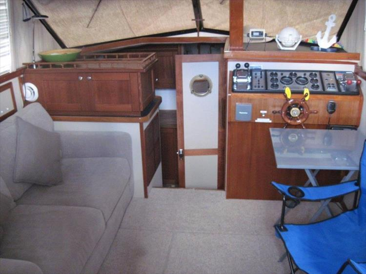 Photo 24 of 59 - 1986 Carver 3207 Aft Cabin for sale