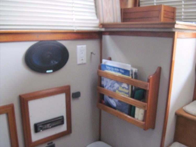 Photo 32 of 59 - 1986 Carver 3207 Aft Cabin for sale