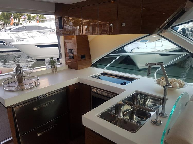 Photo 10 of 44 - 2018 Cruisers Yachts 54 Cantius FLY for sale