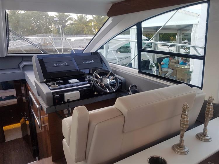 Photo 14 of 44 - 2018 Cruisers Yachts 54 Cantius FLY for sale