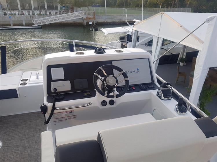 Photo 40 of 44 - 2018 Cruisers Yachts 54 Cantius FLY for sale