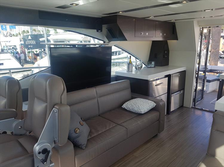 Photo 42 of 62 - 2019 Cruisers Yachts 60 Cantius FLY for sale