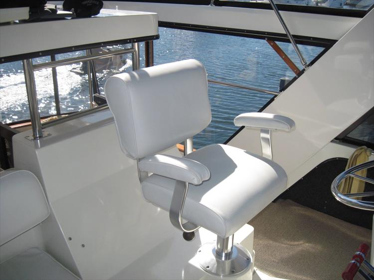 Photo 18 of 54 - 1988 Carver 4207 Aft Cabin Motor yacht for sale