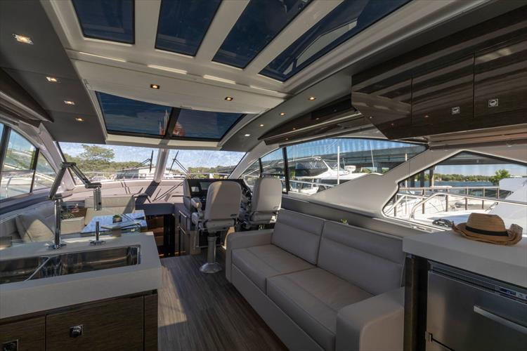 Photo 28 of 68 - 2018 Cruisers Yachts 60 Cantius for sale