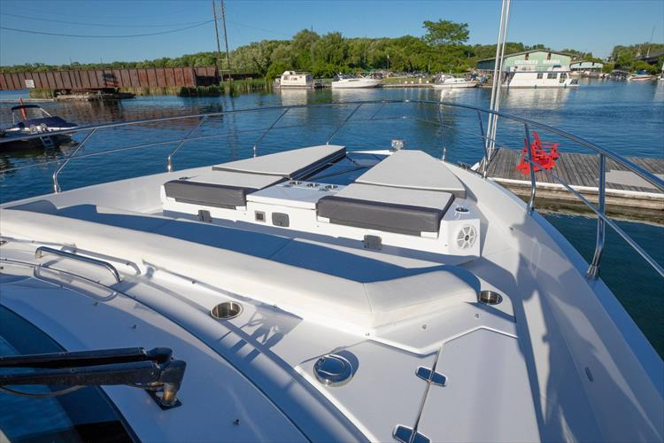 Photo 17 of 68 - 2018 Cruisers Yachts 60 Cantius for sale