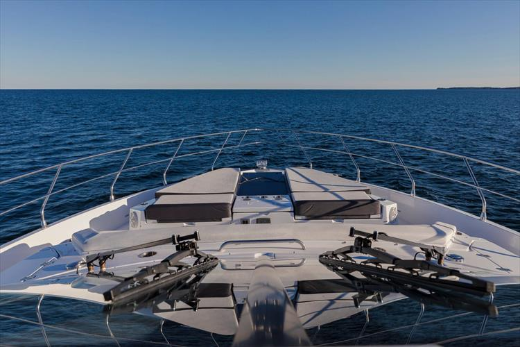 Photo 19 of 68 - 2018 Cruisers Yachts 60 Cantius for sale