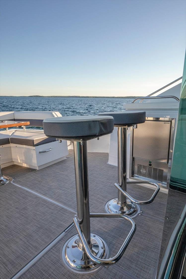 Photo 22 of 68 - 2018 Cruisers Yachts 60 Cantius for sale