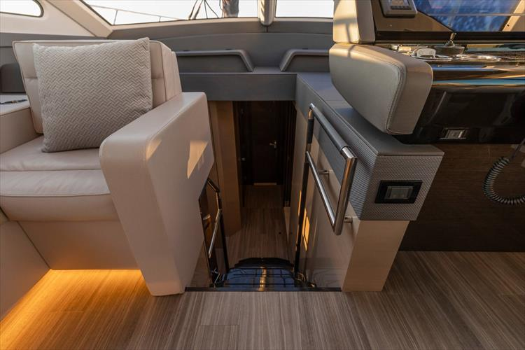 Photo 37 of 68 - 2018 Cruisers Yachts 60 Cantius for sale