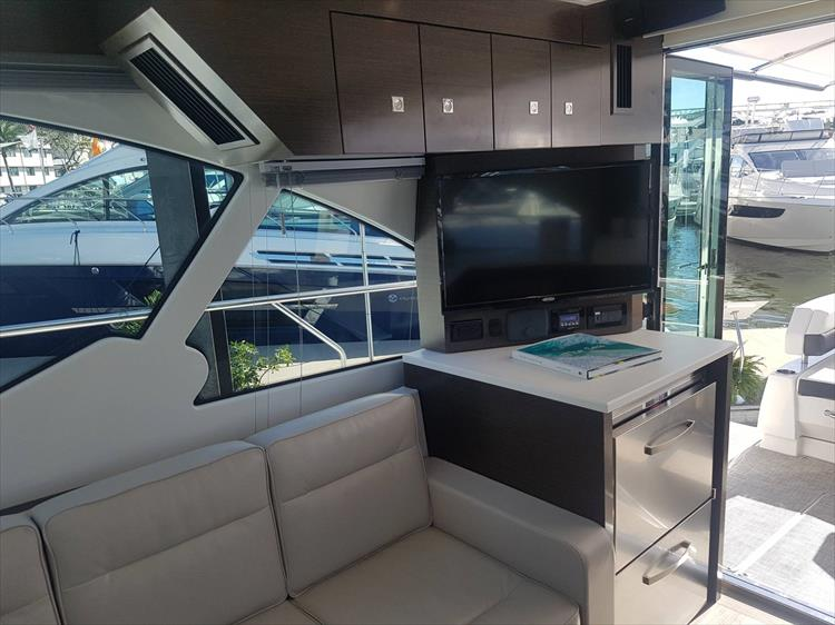 Photo 8 of 40 - 2019 Cruisers Yachts 50 Cantius for sale