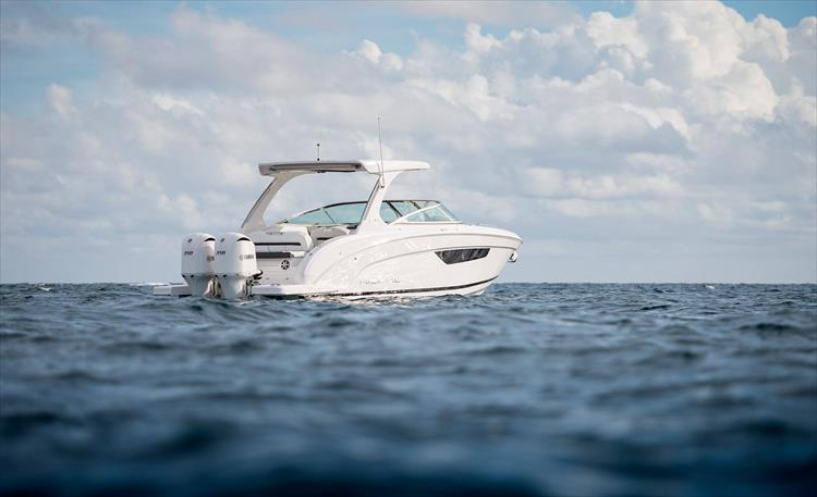 Photo 10 of 37 - 2019 Regal 33 OBX for sale