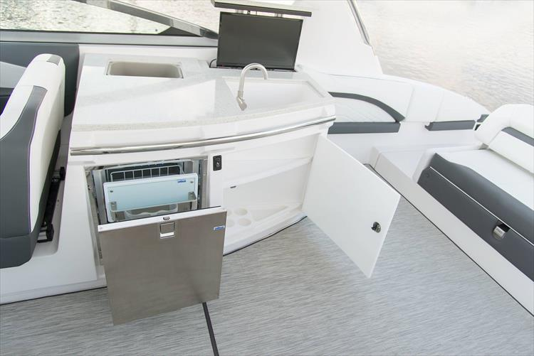 Photo 18 of 37 - 2019 Regal 33 OBX for sale