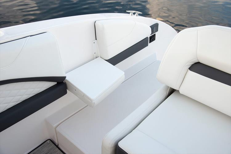 Photo 19 of 37 - 2019 Regal 33 OBX for sale