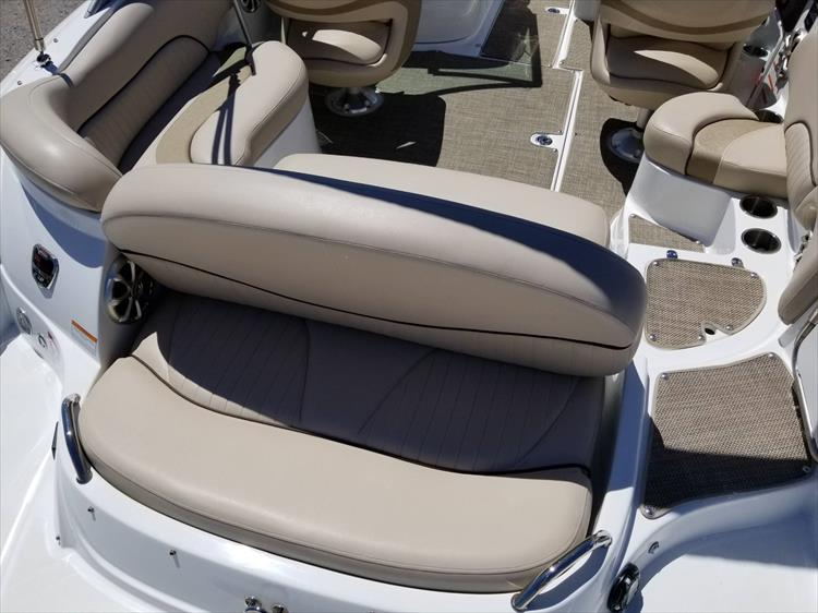 Photo 14 of 38 - 2013 Cruisers Yachts 238 Bowrider for sale