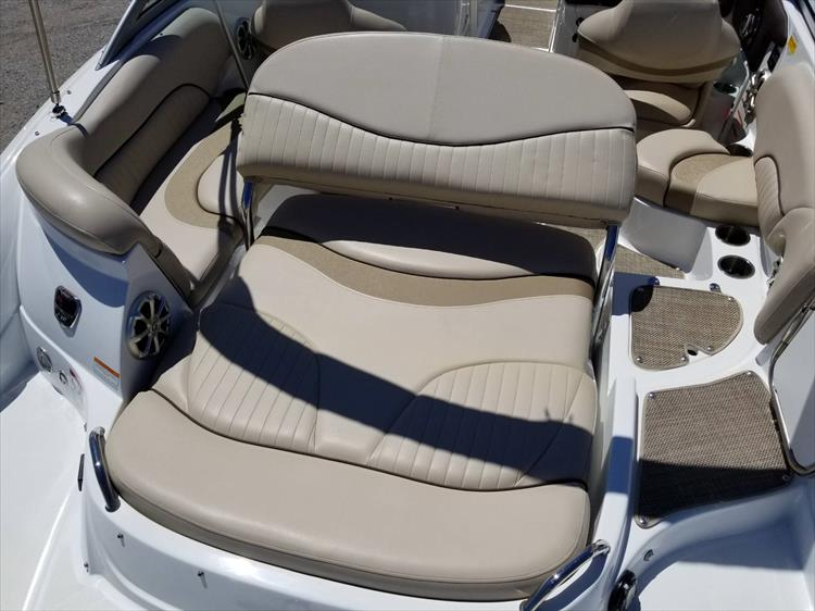 Photo 15 of 38 - 2013 Cruisers Yachts 238 Bowrider for sale