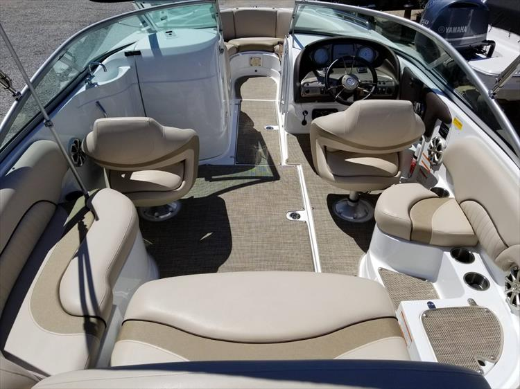 Photo 16 of 38 - 2013 Cruisers Yachts 238 Bowrider for sale