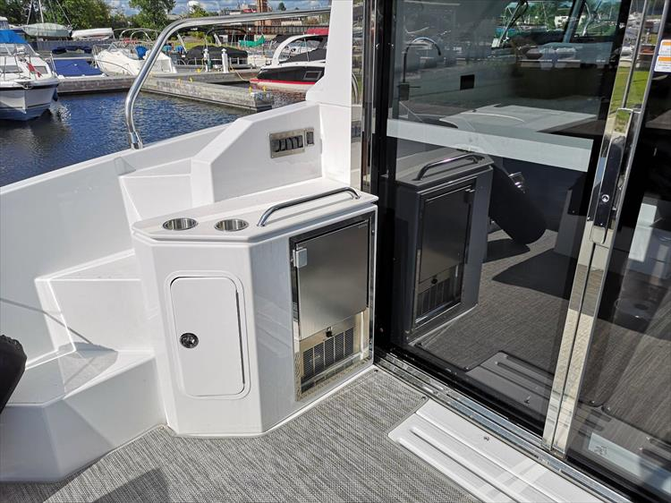 Photo 18 of 20 - 2019 Cruisers Yachts 42 Cantius for sale