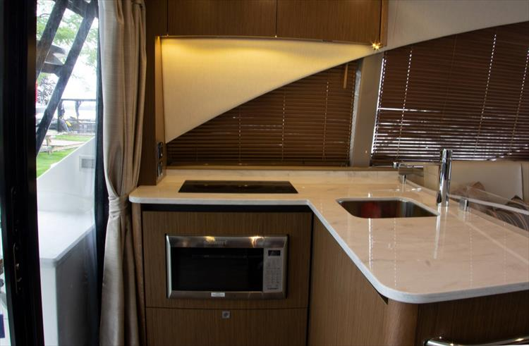 Photo 9 of 60 - 2018 Sea Ray 460 Fly for sale