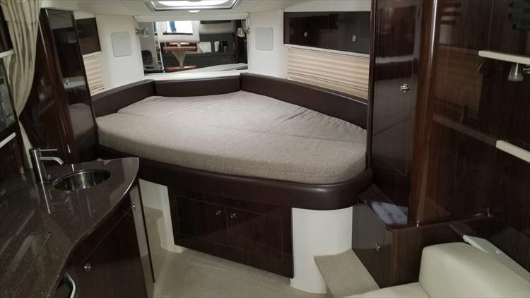 Photo 18 of 36 - 2015 Sea Ray 330 Sundancer for sale