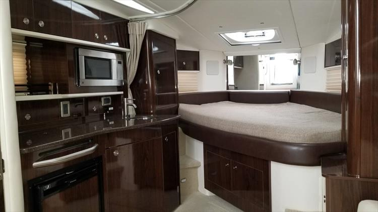 Photo 19 of 36 - 2015 Sea Ray 330 Sundancer for sale