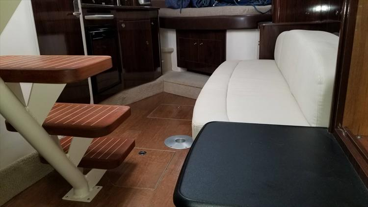 Photo 32 of 36 - 2015 Sea Ray 330 Sundancer for sale