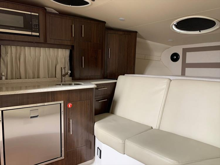 Photo 14 of 26 - 2018 Regal 33 Express for sale