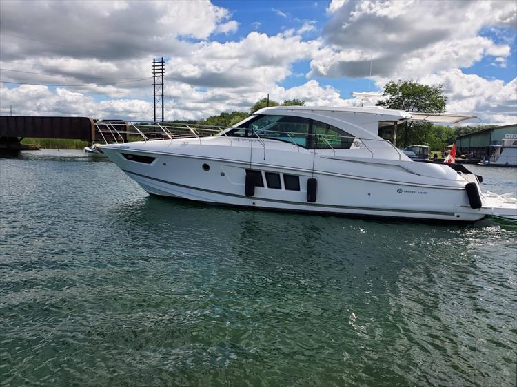 Photo 4 of 45 - 2017 Cruisers Yachts 45 Cantius for sale