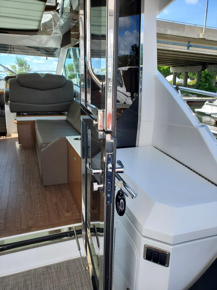 Photo 11 of 45 - 2017 Cruisers Yachts 45 Cantius for sale