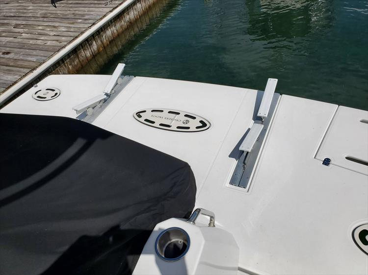 Photo 18 of 45 - 2017 Cruisers Yachts 45 Cantius for sale