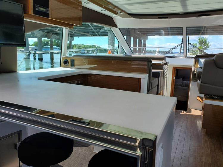 Photo 20 of 45 - 2017 Cruisers Yachts 45 Cantius for sale