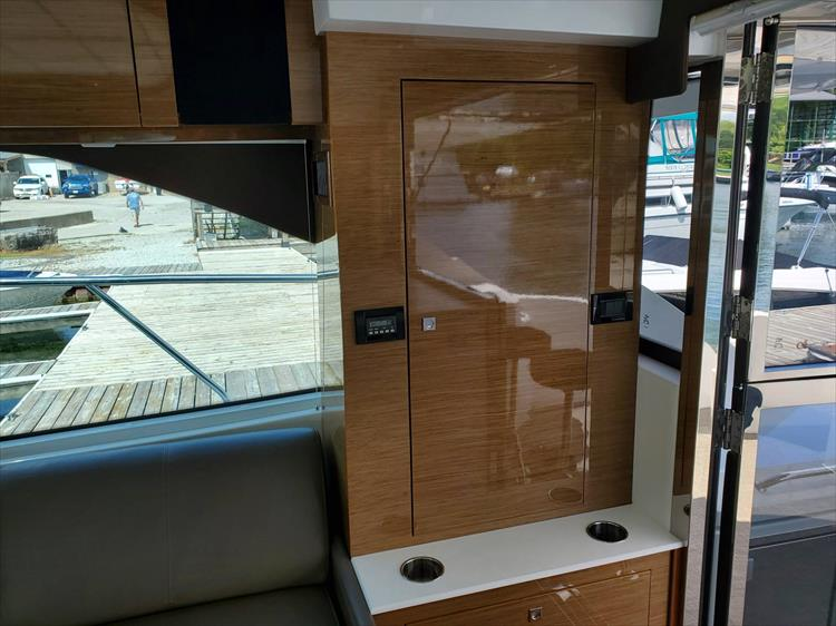 Photo 23 of 45 - 2017 Cruisers Yachts 45 Cantius for sale