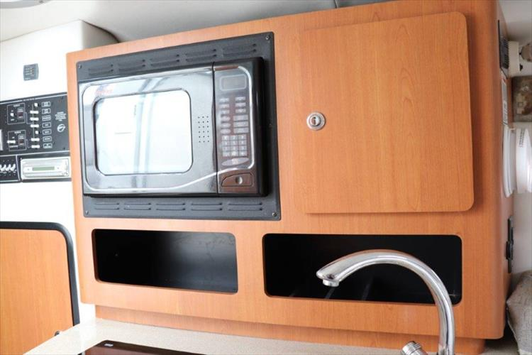Photo 25 of 33 - 2005 Crownline 250 CR Express for sale