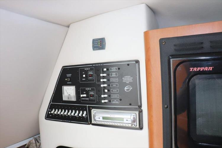 Photo 27 of 33 - 2005 Crownline 250 CR Express for sale