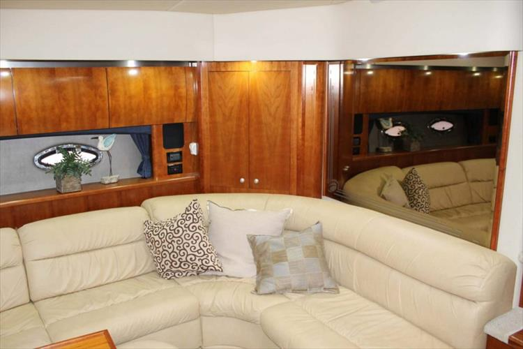 Photo 15 of 39 - 2008 Cruisers Yachts 520 Express for sale