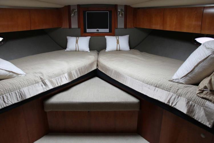 Photo 26 of 39 - 2008 Cruisers Yachts 520 Express for sale