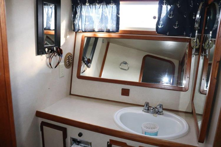 Photo 88 of 94 - 1985 Chris Craft 425 Catalina for sale
